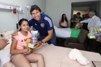 Dirigentes de Boca visitaron el Hospital Rawson y le entregaron juguetes a niños internados