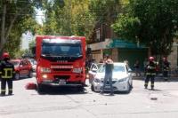 Un camión de bomberos que se dirigía a un llamado chocó contra un remis