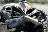 Un auto ardió en llamas y quedó destruido