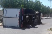 Aparatoso accidente: un camión volcó tras chocar contra un auto
