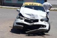 Un taxi quedó destruido tras chocar con una camioneta