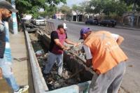 El municipio de Rawson realiza limpieza de cunetas y desagües
