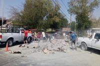 Camión perdió bolsas de cementos y vecinos aprovecharon para llevarse las dañadas