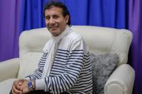 El Pastor Giménez ofrece a los fieles alcohol en gel por $1.000