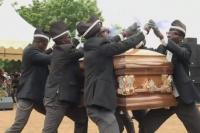 La verdad detrás de los memes de los africanos bailando con un ataúd