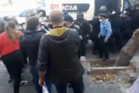 Escandalosa protesta en el Centro Cívico: hubo golpes y comerciantes detenidos