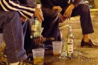 Cinco hombres terminaron encarcelados por beber alcohol en la vía pública: entre ellos, un policía y un menor