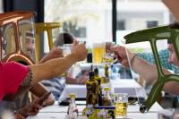 Crean un protector facial inflable que permitiría comer y beber en bares y restaurantes
