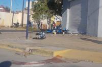 Un motociclista quedó inconsciente y con fracturas múltiples, tras chocar con un auto