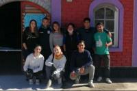 Un grupo de jóvenes brinda viandas de comidas a familias de Sarmiento