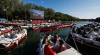 Inauguran un cine flotante en una playa artificial de París