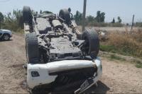 Joven volcó en su camioneta, la destruyó y afortunadamente salió ileso