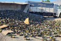 Un camión cargado de botellas de vino volcó en Pocito