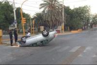Santa Lucía: volcaron un auto y lo dejaron abandonado