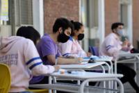 El ciclo lectivo para alumnos de último año se extendería hasta abril