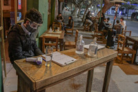 Extienden horario y capacidad por mesas en locales gastronómicos: