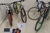 Recuperaron 3 bicicletas, una moto y celulares en dos allanamientos