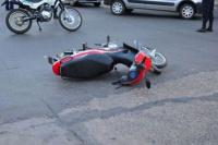 Una motociclista terminó con múltiples fracturas, tras chocar contra un auto