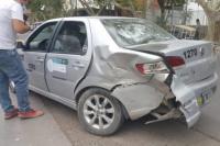 Fuerte choque entre remis y un auto particular a pocos metros de una Comisaría