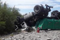 Volcó un camión en Sarmiento: el chofer quedó atrapado y murió en el acto