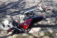 Un agente de la Policía iba a trabajar en moto, chocó contra un auto y fue hospitalizado