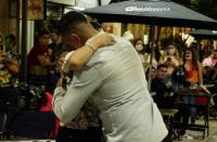 Un sanjuanino le declaró su amor a su novia en plena peatonal