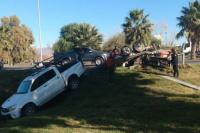 Camioneta que transportaba un autoelevador perdió el control y volcó