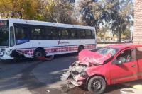 Fuerte choque entre un colectivo y un auto: una mujer hospitalizada