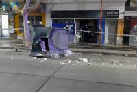 Automovilista destrozó un contenedor, la puerta de un consultorio y se fugó