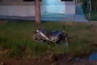 Chocó a una moto y escapó: la motociclista sufrió fracturas