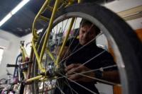 Buscan restaurar bicicletas en desuso y donarlas a quienes más lo necesitan