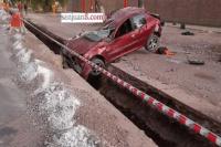 Automovilista chocó contra un poste de luz y terminó en un zanjón