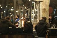 Desde hoy, los bares podrán cerrar a las 4 y habilitan hasta 8 personas por mesa