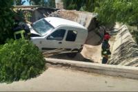 Perdió el control de su camioneta y cayó a un canal en Santa Lucía