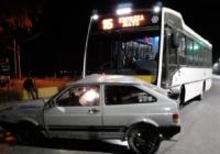 Un colectivo impactó contra un auto y lo arrastró varios metros