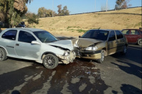 Dos autos protagonizaron un violento choque en lateral de Circunvalación