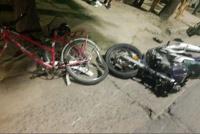 Chocó una moto con una bicicleta y un hombre terminó con su nariz fracturada