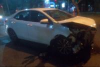 Perdió el control de su auto y chocó contra un poste de luz: 2 mujeres fueron hospitalizadas