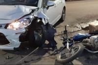Dos motociclistas sufrieron quebradura en choque contra autos