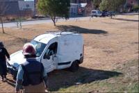 Dos camionetas Kangoo chocaron y una de ellas terminó volcando