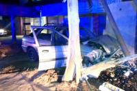 Violento accidente: perdió el control del auto y chocó contra un pilar