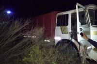 Pasó en Ullum: Camionero se quedó sin frenos y se tiró antes de volcar