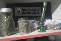 Detienen a dos mujeres que fumaban marihuana en la vía pública y le secuestraron un frasco