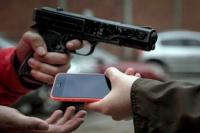 Con un arma, asaltaron y amenazaron a una menor de 14 años para robarle el celular